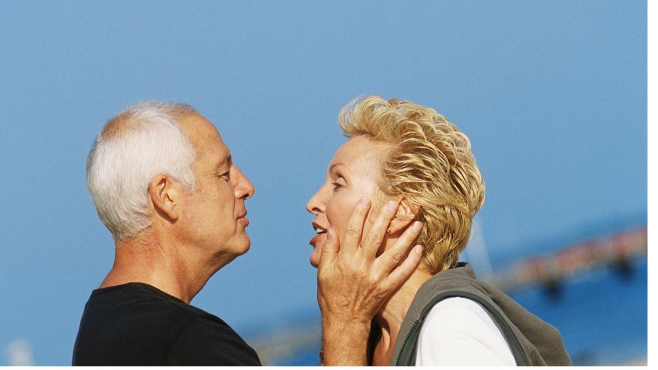 ældre mænd og yngre kvinder seksuelle positioner video